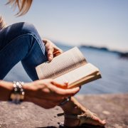 baca buku di pinggir pantai