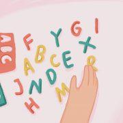 Anak meraba huruf sebagai salah satu tahapan pramembaca