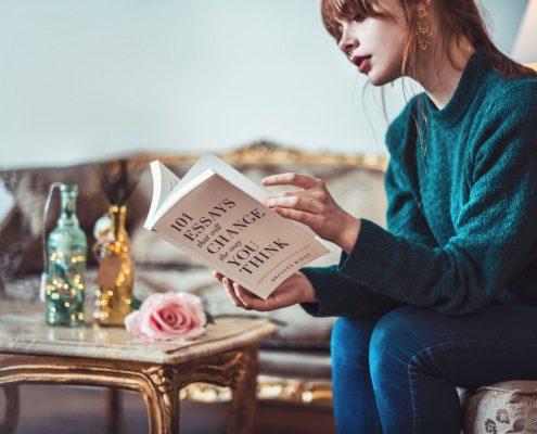 kutu buku perempuan sedang membaca buku
