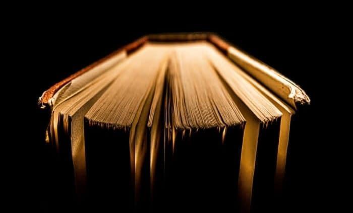 sebuah buku tua yang memancarkan manfaat seperti karya Kahlil Gibran